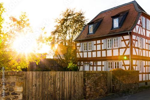 Staande foto Oude gebouw Fachwerkhaus im Sonnenaufgang - altes Haus