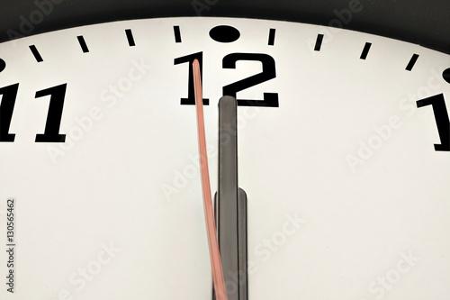 Fotografie, Obraz  Uhr zeigt eine Sekunde vor Mitternacht