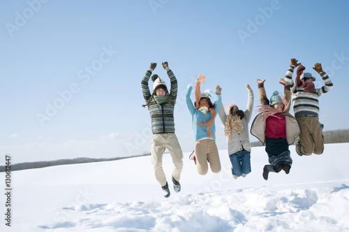 Fotografie, Obraz  雪原でジャンプをする若者たち