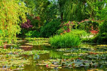 Fototapetagiverny, jardin d'eau au printemps
