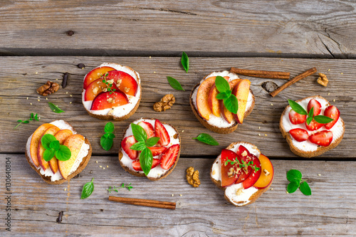 Photo Summer colorful bruschetta appetizer with fruit, curd cheese and