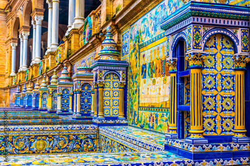 Foto  The tiled walls of Plaza de Espana. Seville. Spain.