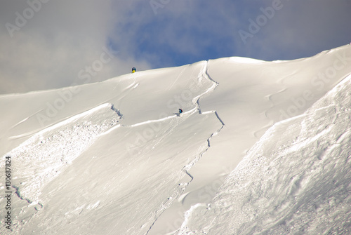 Canvastavla Large avalanche set by skier