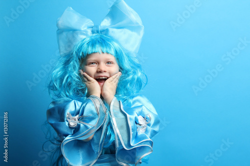 Photo  Portrait of a beautiful little girl in blue carnival costume.