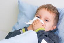 Kind Liegt Mit Schnupfen Und Grippe Im Bett