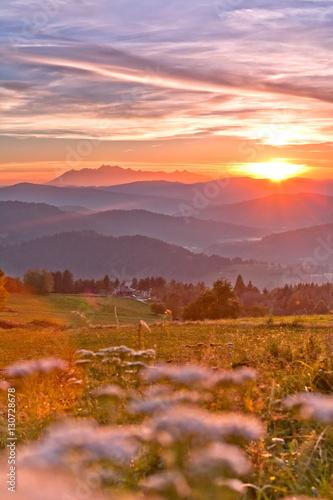 Fototapeta jesienny zachód słońca w górach w Muszynie obraz
