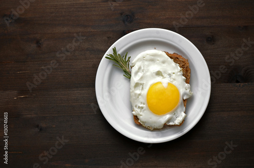 Poster de jardin Ouf fried egg with rosemary on a white plate