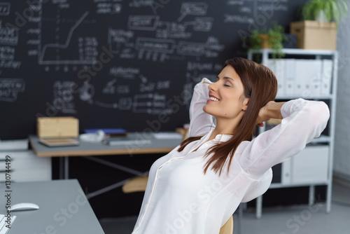 Fotografie, Obraz  frau im büro macht eine pause und entspannt