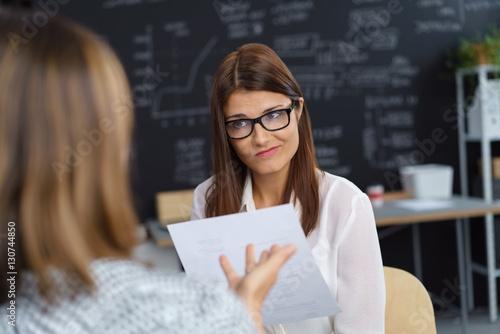 Fotografija  frau in einer besprechung schaut ihre chefin unglücklich an