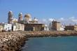 Kaimauer im spanischen Cádiz mit Blick auf die Kathedrale