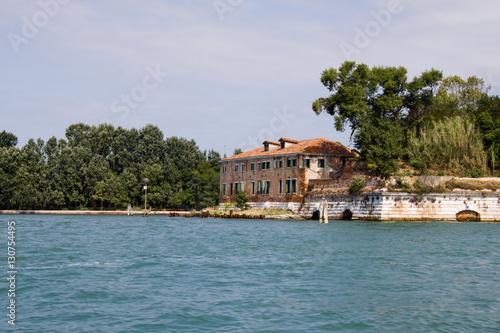Photo Italian school located next to the Sea