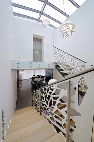 cage d\'escalier design contemporain – kaufen Sie dieses Foto und ...