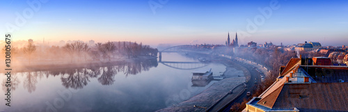 Foto Szeged panorama with Tisza river and Votive Church visible in the back