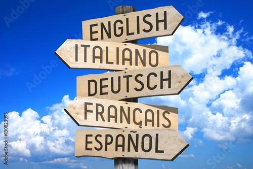 Fotografía  Wooden signpost - languages concept - English, Italiano, Deutsch, Francais, Espaniol (English, Italian, German, French, Spanish) - English, Italian, German, French, Spanish (English