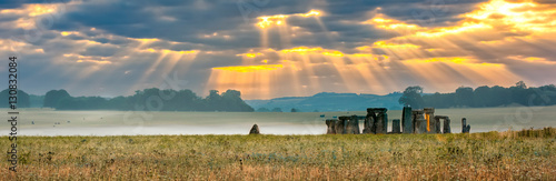 Montage in der Fensternische Ruinen Amesbury, Wiltshire, United Kingdom - August 14, 2016: Cloudy sunrise over Stonehenge - prehistoric megalith monument arranged in circle.