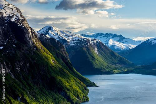 norweski-krajobraz-gor-pokrytych-sniegiem-w-pogodny-dzien