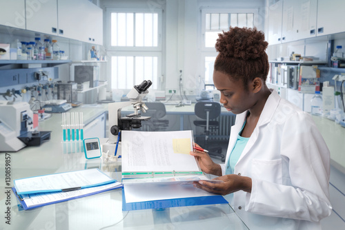 Obraz na plátne African scientist, medical worker or tech in modern laboratory