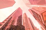 Wieżowce nowojorskie z poziomu ulicy - 130889417