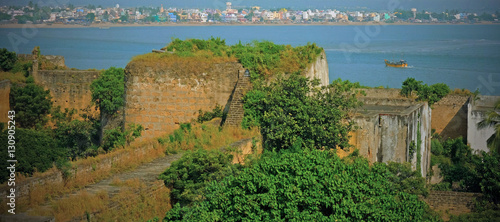 Papiers peints Fortification Ruins of Diu island fort overlooking the Arabian sea and colorful housing on the coast of Gujarat