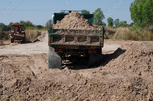 Plakat Wywrotki przewożące dobre wypełnienie pola, powodujące grzywnę