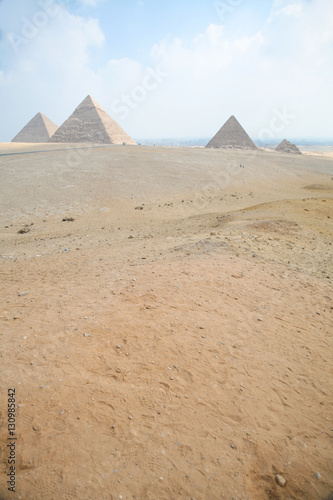 In de dag Egypte landmark of three pyramids in Giza next to Cairo city Egypt, Africa, the Great Pyramid of Khufu, from year 2500 Before Christ, and pyramids of Khafre and Menkaure pharaohs