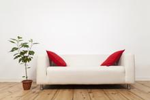 Sofa Mit Roten Kissen Und Pfla...