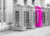 Pięć czerwonych budek telefonicznych London London w jednym rzędzie, czarno-białe z jedną budką w kolorze różowym - 130995290