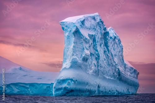 Fotografia Antarctic iceberg in the snow floating in open ocean
