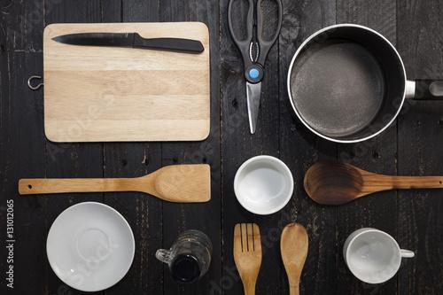 Zdjęcie XXL naczynia kuchenne na czarnym tle drewnianych.