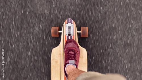 teenager rollt in seiner freizeit mit longboard über die straße