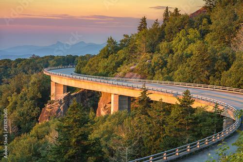 Foto auf Gartenposter Gebirge Lynn Cove Viaduct, scenic sunrise, North Carolina