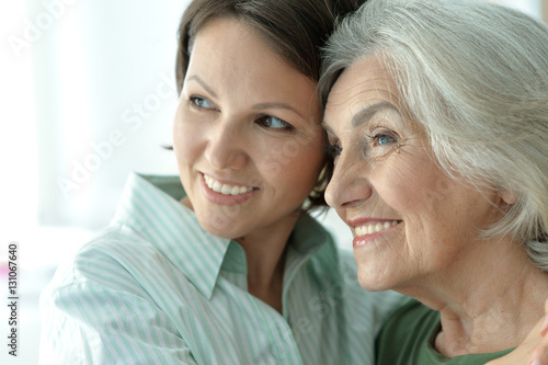 Photographie  senior mother with adult daughter