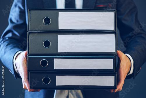 Fotografía  Businessman with corporate files in four document binder