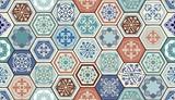Wektor wzór orientalny. Realistyczne Vintage Marokańskie, portugalskie płytki sześciokątne. Tle mozaiki. Efekt grunge można usunąć - 131075281