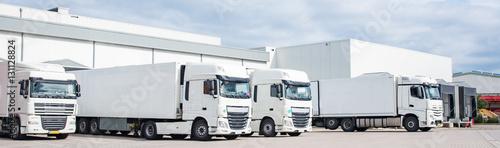 LKW - Spedition, vier geparkte weiße Sattelschlepper nebeneinander