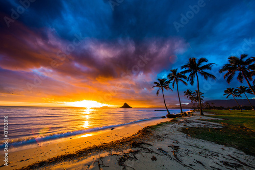 Obraz premium Piękny wschód słońca w chińskim kapeluszu na Oahu