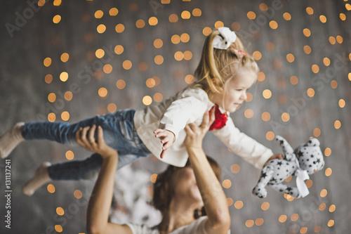 Fototapeta A happy child on hands at mother 7197. obraz na płótnie