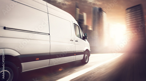 Zdjęcie XXL Doręczeniowa ciężarówka jedzie przy zmierzchem w mieście