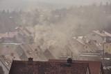 Fototapeta Miasto - Dym nad dachami domów