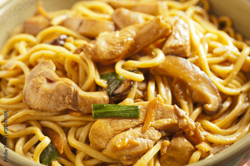 Photo  Hong Kong Style Chicken Lo Mein in a wok