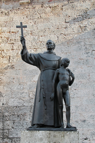 Tuinposter Monument Havana, Cuba: Fray Junipero Serra statue at San Francisco de Asis church