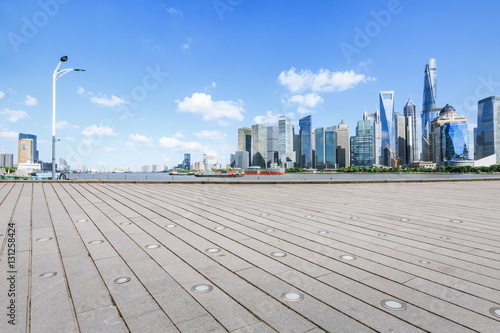 Photo  Empty floor with modern skyline and buildings in Shanghai