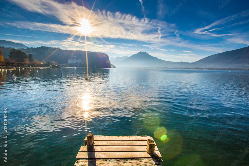 Jezioro w Menthon Saint Bernard