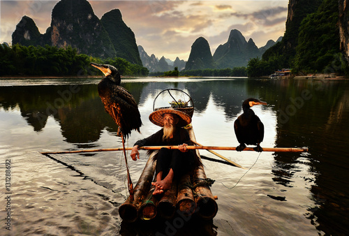 Cadres-photo bureau Guilin Fisherman of Guilin, Li River and Karst mountains during the blue hour of dawn,Guangxi China