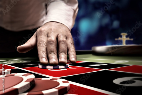 Cuadros en Lienzo gambler bet on roulette at casino table