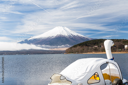 Foto auf Gartenposter Reflexion Mt.Fuji and Lake Yamanakako and boat.