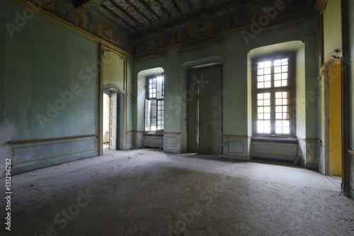 Tuinposter Industrial geb. Urbex - ancient abandoned luxury room