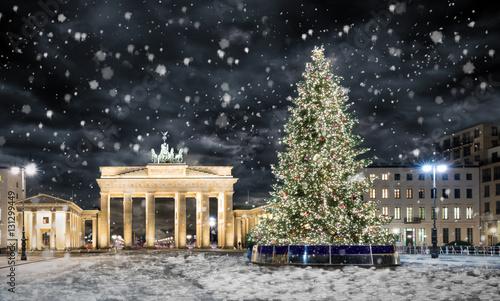 In de dag Berlijn Brandenburger Tor in Berlin mit Weihnachtsbaum bei Nacht und Schneefall