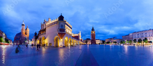 Poster Cracovie Cloth Hall well known as sukiennice, St. Mary's Church and the Clock Tower at night. Panoramic view of Market Square - main square in old city. Krakow Poland.