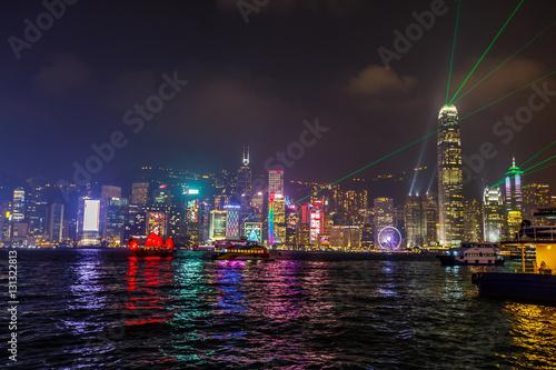 nocny-widok-na-hong-kong-widziany-nabrzeza-tsim-sha-tsui-podczas-symphony-of-lights